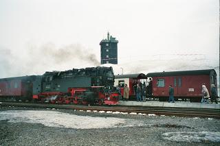 Der Osterhase ist wieder mit in den Zügen der Harzer Schmalspurbahnen unterwegs  Karten für beliebte Osterhasenzüge und Osterbrunch auf dem Brocken sind im Vorverkauf erhältlich
